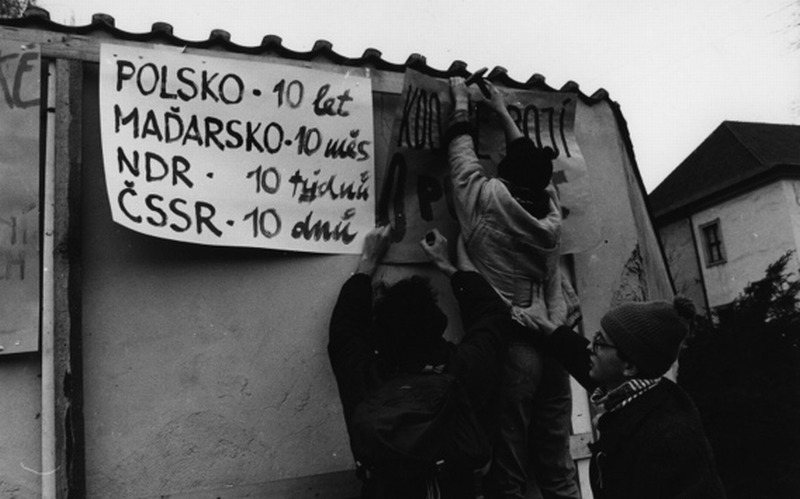 A slogan popular in autumn 1989 described how long it took to destroy communism in Eastern Europe: Poland – 10 years, Hungary – 10 months, GDR – 10 weeks, Czechoslovakia – 10 days (NAF Dementi/FORUM)