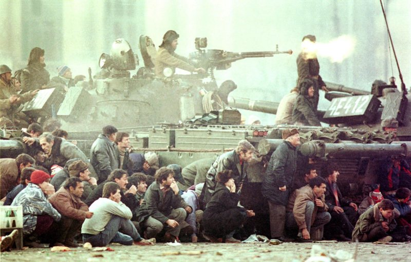 Bucharest, 23 December, 1989 (Charles Piatiau/Reuters/FORUM)